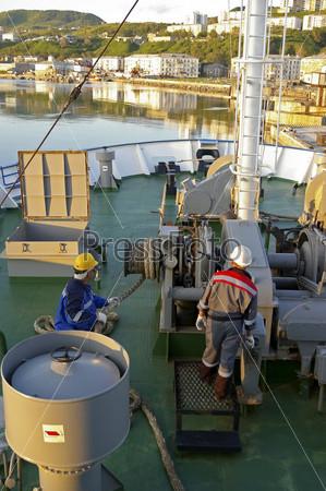 Матросы на палубе морского судна