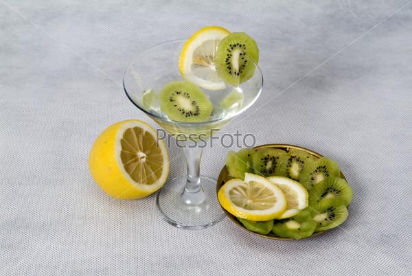 Коктейль с лимоном и киви