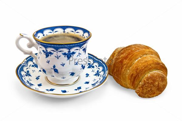 Круассан и чашка кофе на белом фоне