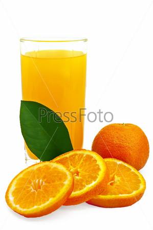 Сок в стакане и апельсин, изолированные на белом фоне