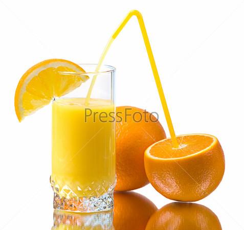 Стакан апельсинового сока и апельсины на белом фоне