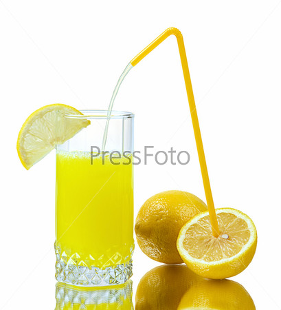 Стакан лимонного сока и лимоны на белом фоне