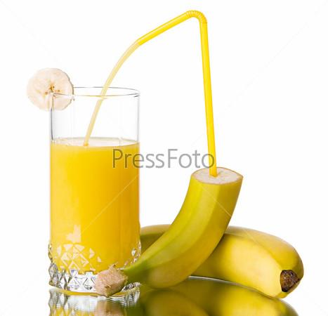 Стакан бананового сока и бананы на белом фоне
