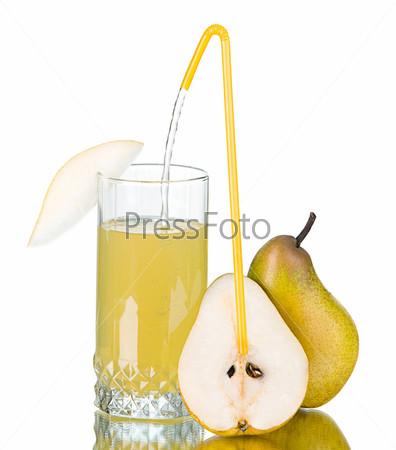 Стакан грушевого сока и груши на белом фоне