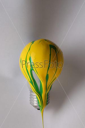 Лампочка, облитая желтой краской