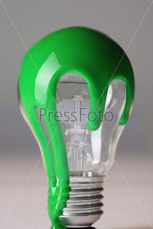 Лампочка, облитая зеленой краской