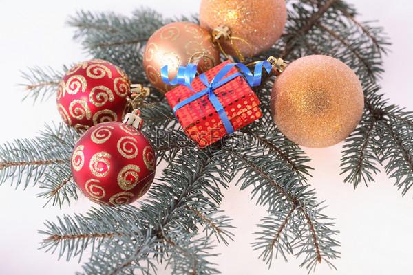 Елка и новогодние украшения
