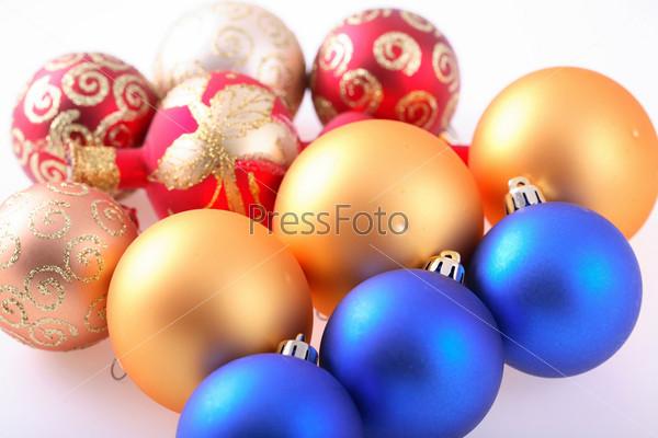 Елочные шары на белом фоне