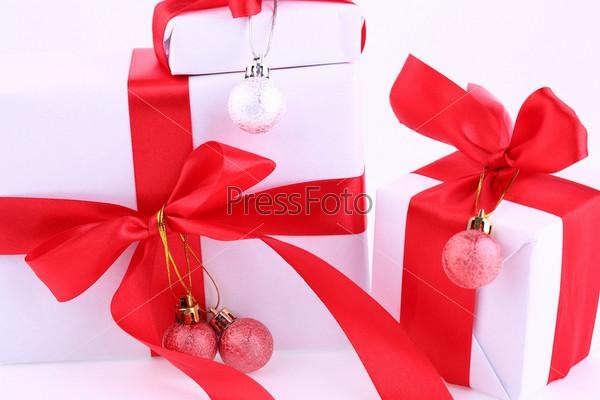 Новогодние подарки и шарики