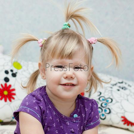 Маленькая девочка со смешными хвостиками