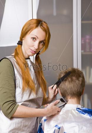 Парикмахер стрижет клиента