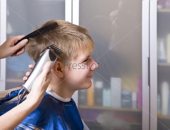 Улыбающийся подросток у парикмахера