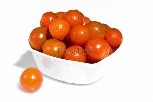 Мокрые помидоры в белой миске