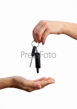 Рука кладет ключи от автомобиля на ладонь