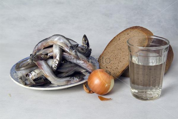 Стакан водки и простая закуска на столе