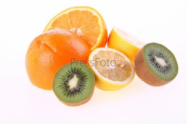 Разрезанные апельсин, лимон и киви на белом фоне