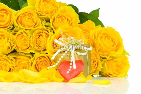 Букет желтых роз с подарком