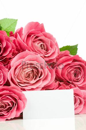 Букет роз с запиской на белом фоне