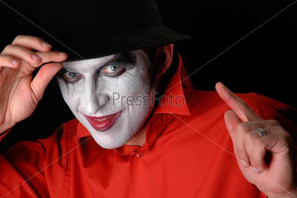 Портрет мужчины в гриме джокера на черном фоне