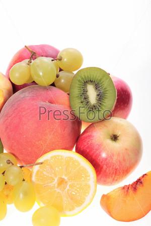 Персик, виноград, лимон, киви на белом фоне
