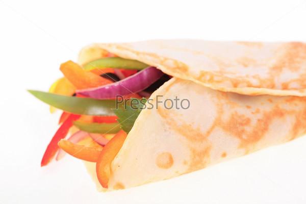 Нарезанные овощи в лаваше на белом фоне