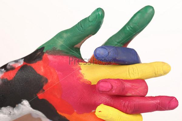 Руки в разноцветной краске на светлом фоне