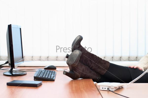 Ноги женщины под столом фото 229-684