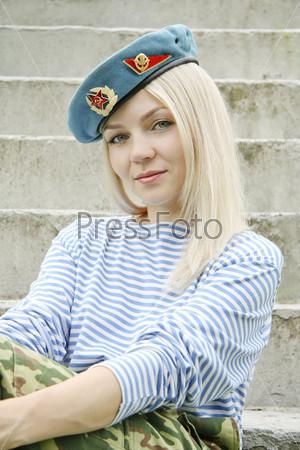 blondinka-v-voennoy-forme-hudie-bolshaya-grud-kristina
