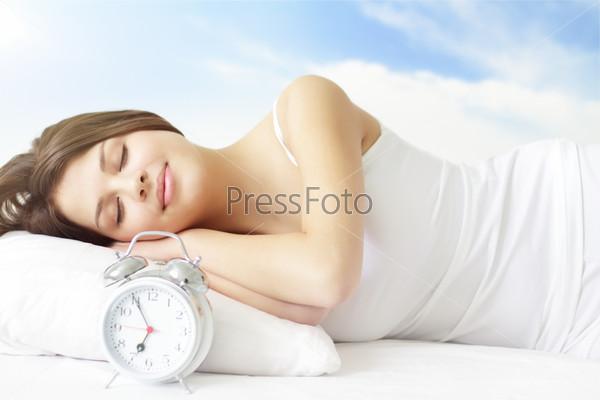 Фотографии спящих девушек в постели фото 691-486