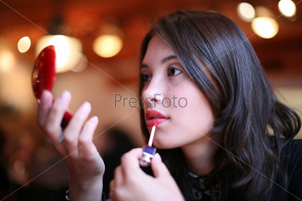 Женщина красит губы признак сексуальной мне