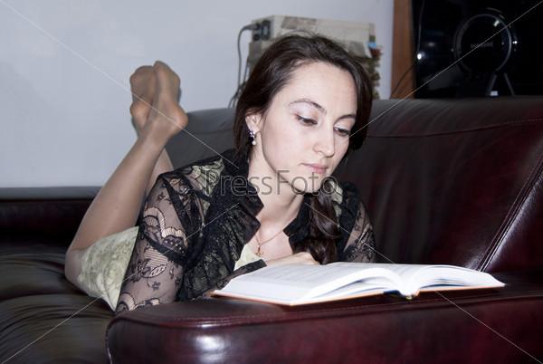 Девушка с парнем на диване с книгами фото фото 583-395