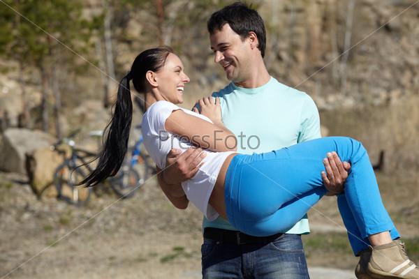 Девушка держит другую девушку