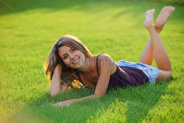 девушка лежит на траве с голой грудью фото и видео