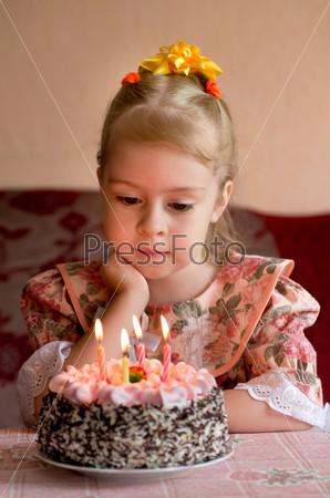 картинки девочка задувает свечи на торте