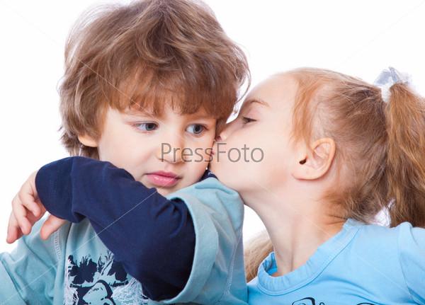 девочка целует мальчика картинки