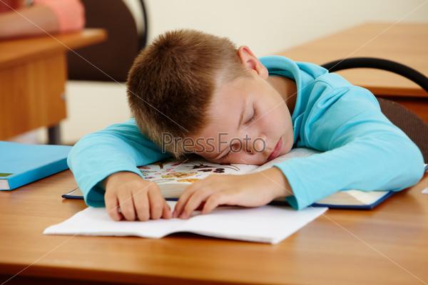 Мальчик сосет на уроке фото 638-487