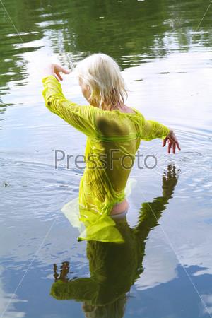 Женщина купается в пруду фото 299-604