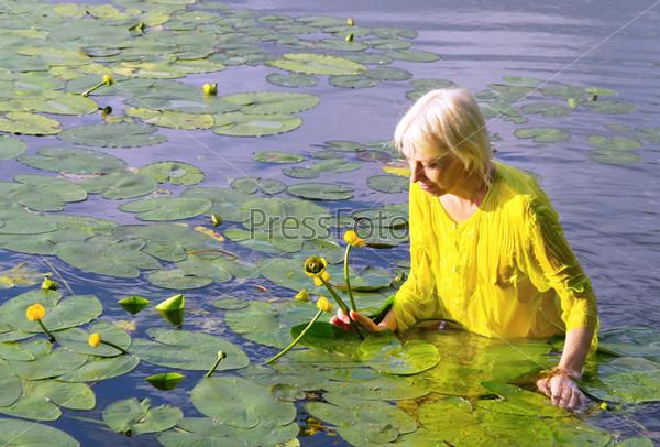Женщина купается в пруду фото 299-61
