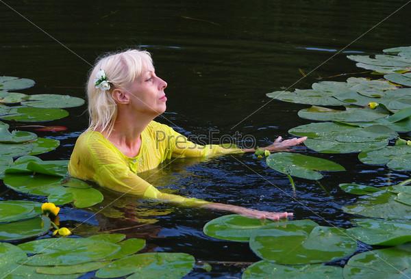 Женщина купается в пруду фото 299-949