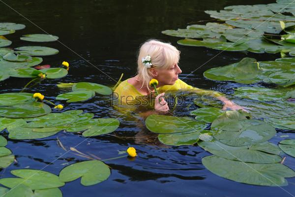 Женщина купается в пруду фото 299-742