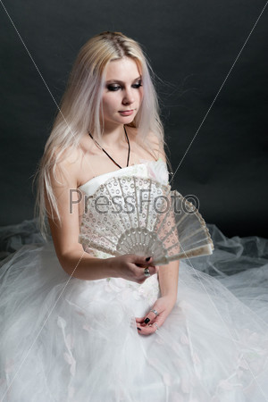 Девушка в пышном белом платье