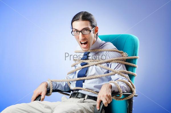 подняла фото привязанных парней к креслу порно