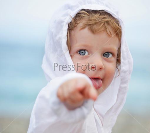 Фото ребенка указывает пальцем