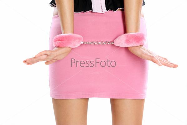 девушка с розовыми наручниками