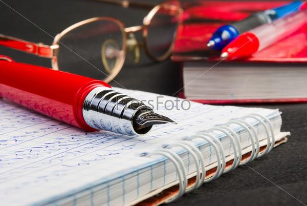 Писать ею – для того, кто не писатель – согласно соннику, подсказывает о проблемах при общении с окружающими.