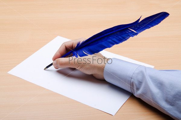 Мужчина пишет синем пером письмо за столом; фото 3013548, фо.