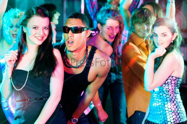 танцевал в ночном клубе