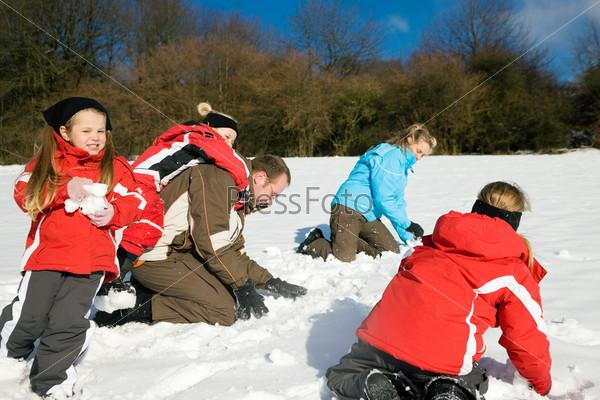 Как дети играют в снежки 95
