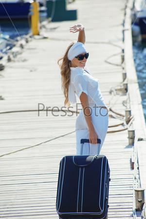 девушка с чемоданом в картинках