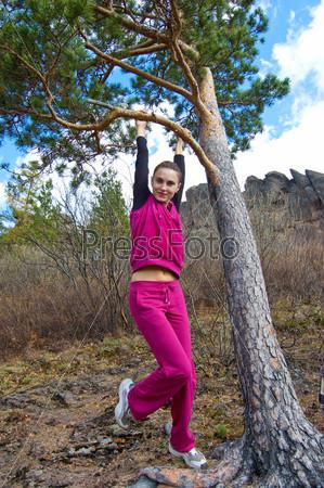 девушка в спортивном костюме фото
